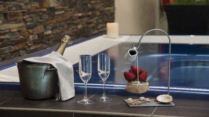 1 nuit d'hébergement + touches romantiques dans la chambre + Restaurant + Dîner accès jacuzzi privé en soirée
